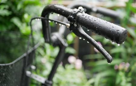 雨で濡れる自転車