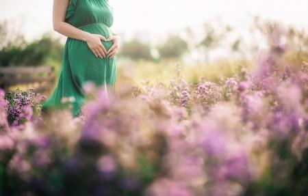 お腹に手を添える妊婦